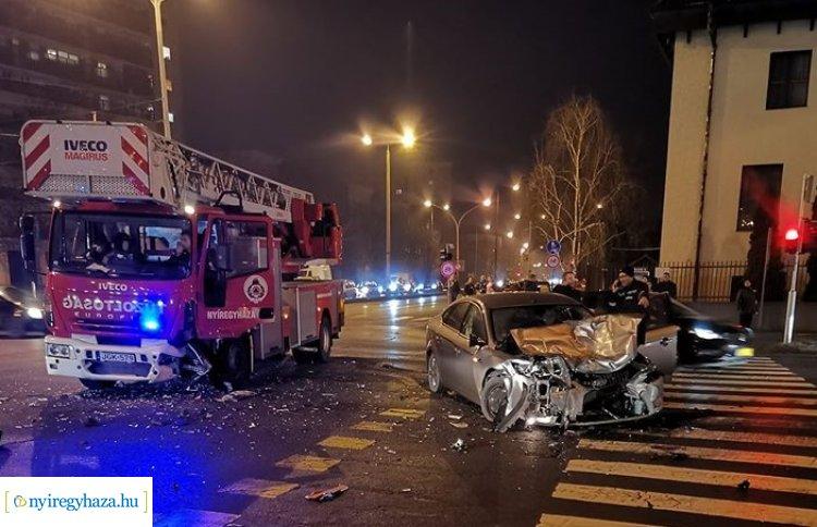 Szirénázó tűzoltóautóval ütközött egy személygépkocsi Nyíregyházán, a Ferenc körúton