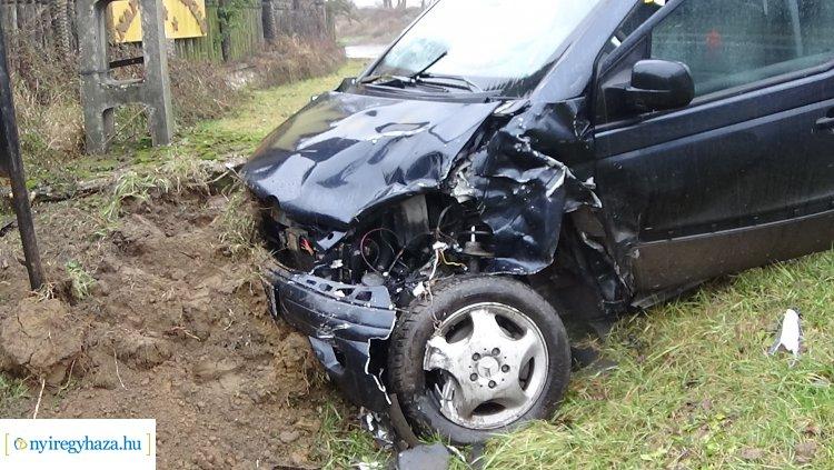 Két autó ütközött össze a 41-esen Napkornál – Az egyik jármű árokba csapódott