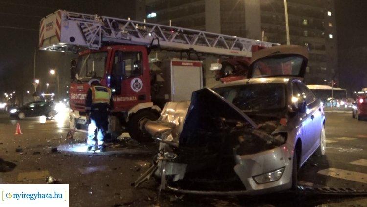 Megrázó helyszíni felvételek a hétfő esti balesetről – Szirénázó tűzoltóautóba ütköztek