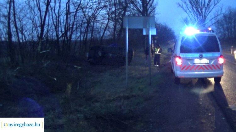 Megcsúszott a jeges úton, fának csapódott és felborult egy jármű Nyírturánál