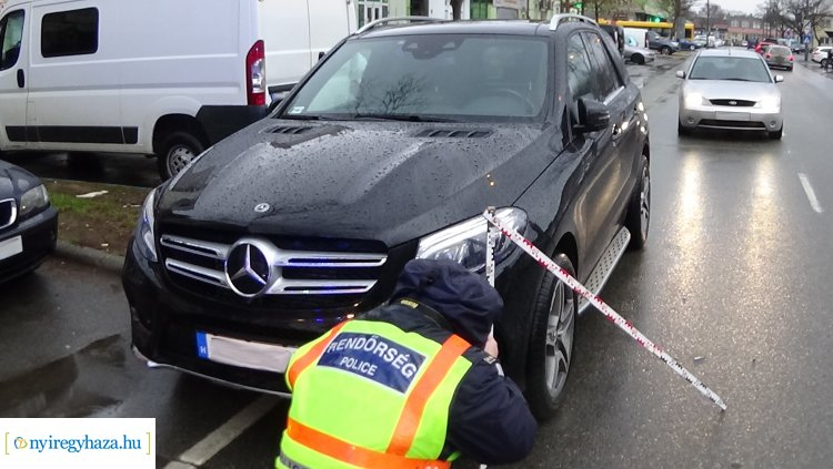 A Búza téri piac egyik parkolójából tolatott ki egy jármű, balesetet okozott