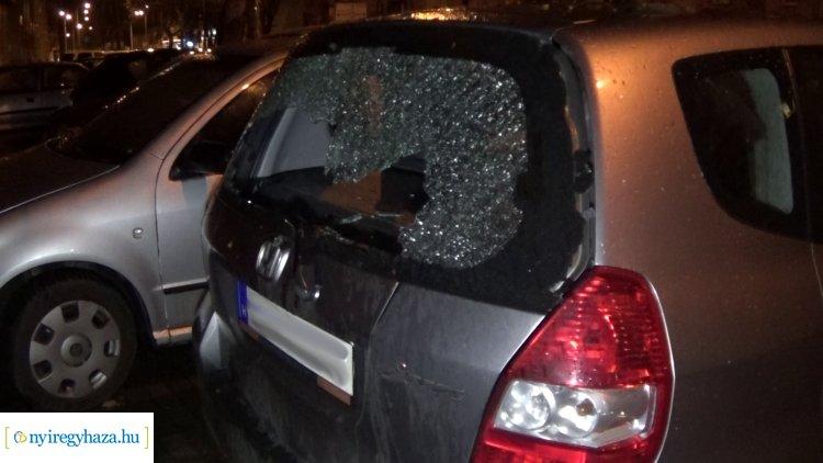 Jelentős károkat okozott a viharos szél, parkoló járműre szakadt egy faág