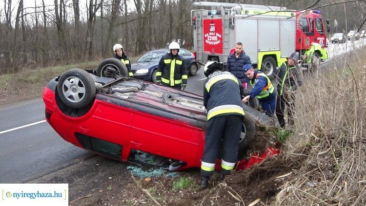 Felborult egy személygépkocsi a Kállói úton, kórházba szállították a sofőrt