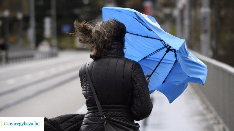 Óvatosságra int a katasztrófavédelem az erős szél miatt, figyelmeztetést adtak ki