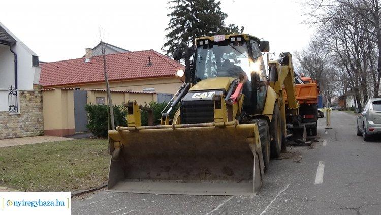 Megsüllyedt az úttest a Honvéd utcán, elkezdődtek a helyreállítási munkálatok