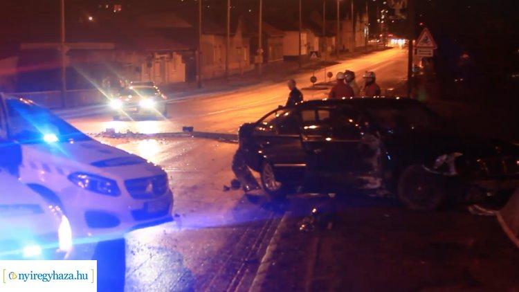 Villanyoszlopnak és korlátnak ütközött egy személygépkocsi Tiszavasvári úton – Videóval!