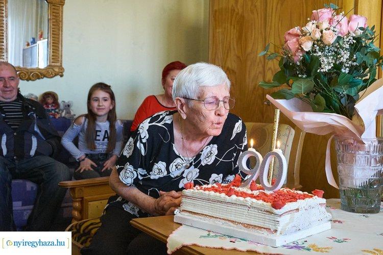 Városunk szépkorú polgárát, a 90 éves Koós Jánosnét köszöntötték kedd délután