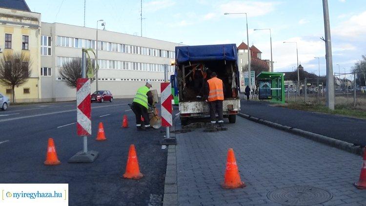 Szűkített sávok – Közműhelyreállítási munkálatokat végez a NYÍRVV a Hunyadi utcán