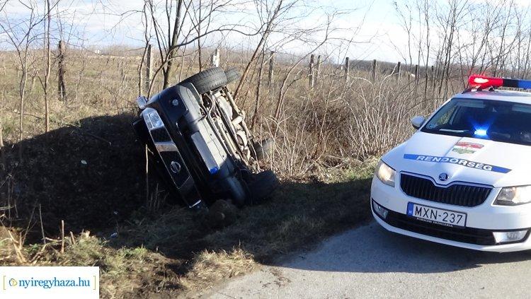 Felborult egy terepjáró szerda reggel Nyírturánál, a sofőr megsérült