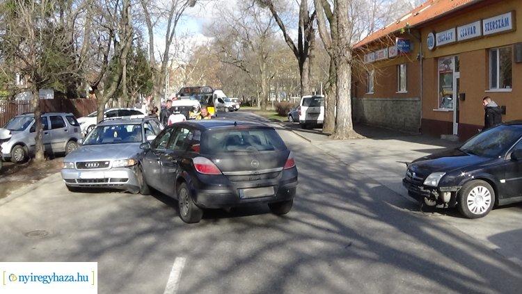 Hármas karambol történt a Család utcán, jelentős az anyagi kár