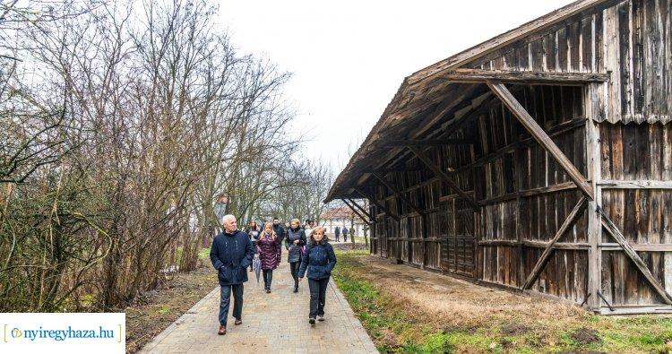 Új látogatóközpontot, térkövezett sétányokat is kapott a Sóstói Múzeumfalu