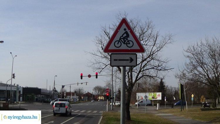 KRESZ-táblák figyelmeztetnek a kerékpárosokra a város több pontján is