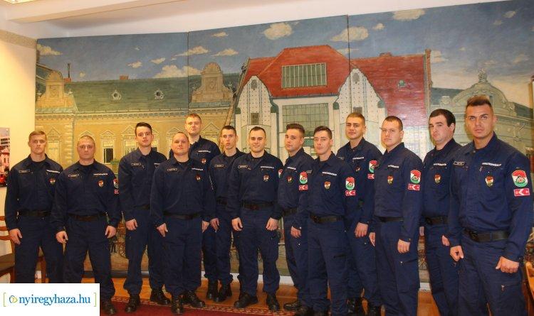 Új tűzoltókkal bővült a parancsnokság – Hétfőn vették át kinevezési okmányaikat