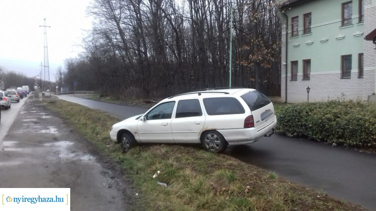 Nem sikerült a megfordulási manőver, árokba hajtott egy személygépkocsi a Kótaji úton