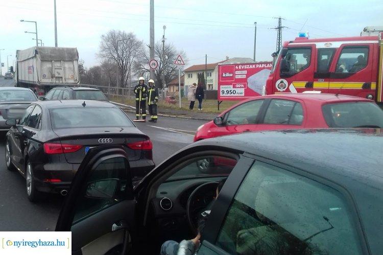 Újabb baleset a Debreceni úton – Ráfutásos hármas karambol történt