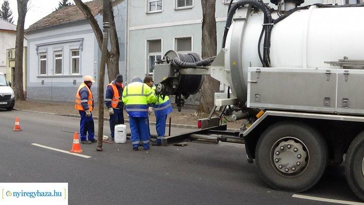 Folyamatosan zajlik a csatornahálózat tisztítása a belvárosban
