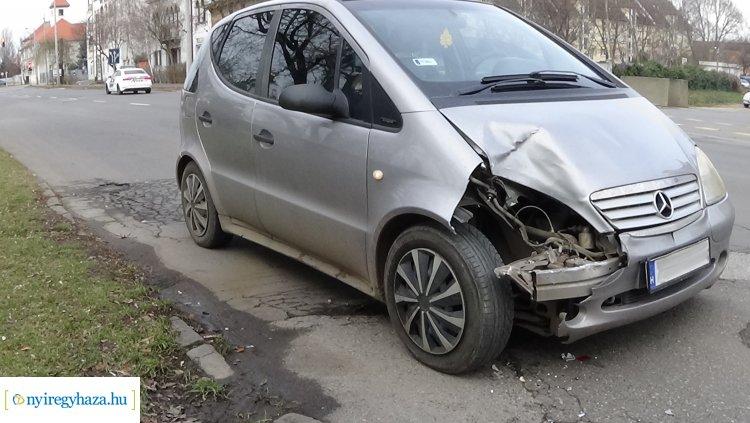 Autóbusznak ütközött egy személygépkocsi – Nem tartott megfelelő követési távolságot