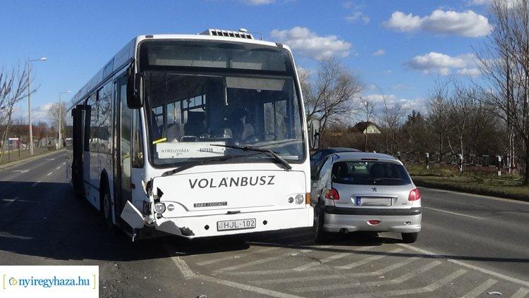 Autóbusz és személygépkocsi ütközött az Orosi úton, jelentős az anyagi kár