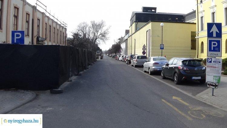 Munkálatok a Színház utcán – Kérik az arra közlekedők és parkolók fokozott figyelmét!