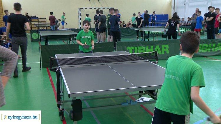 Asztalitenisz torna Nyírszőlősön - a megyei kollégiumok csapatai versenyeztek.