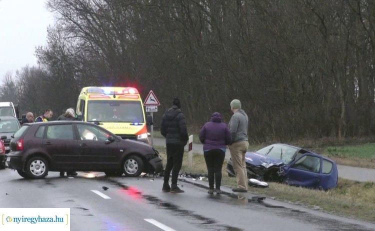 Frontálisan ütközött két személygépkocsi Nagykállónál, egy személy megsérült