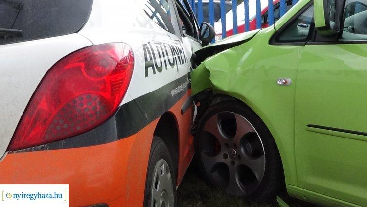 Baleset Nyírszőlősnél – Járműnek majd kerítésnek csapódott egy személygépkocsi