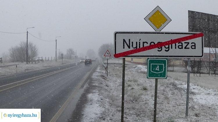 Fel a tompított fényszórókkal! – Télies útviszonyokra számíthatnak a közlekedők