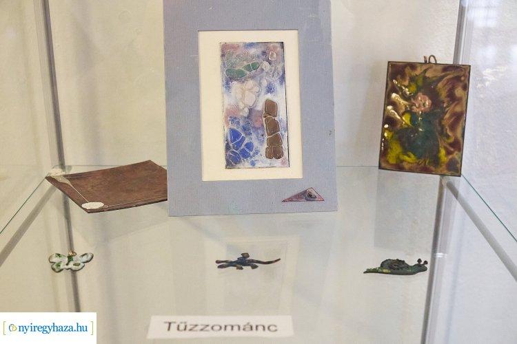 Az egykori Zrínyis diák, Porkoláb Éva kiállítása nyílt meg a Zrínyi Gimnázium épületében