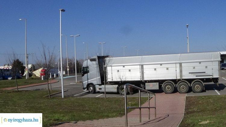 Tettlegesség követte a nézeteltérést – Két kamionsofőr között történt az incidens