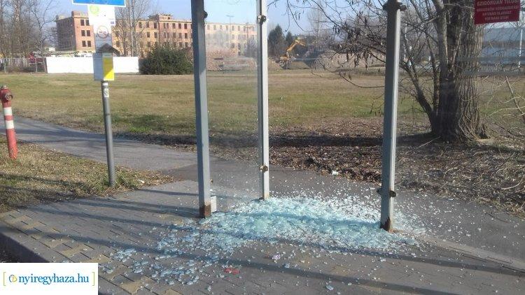 Ismeretlen tettesek rongáltak buszmegállót a Kállói úton: keresi őket a rendőrség