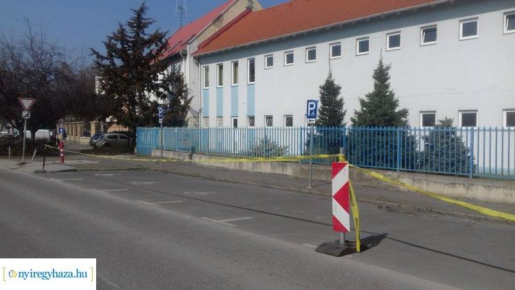 Lezárták a mentőszolgálat előtt lévő parkolókat – Csak mentők és mentősök használhatják!