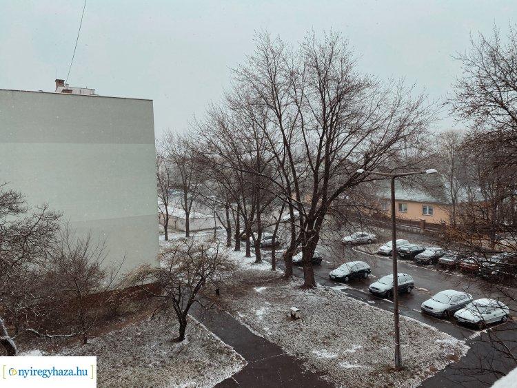 Reggeli meglepetés – Havazásra ébredtek a nyíregyháziak is, délutánig marad a télies idő