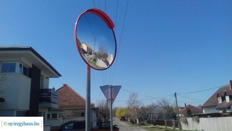 Közlekedési tükör segíti a Bártfa és Rozsnyó utca kereszteződésében haladókat