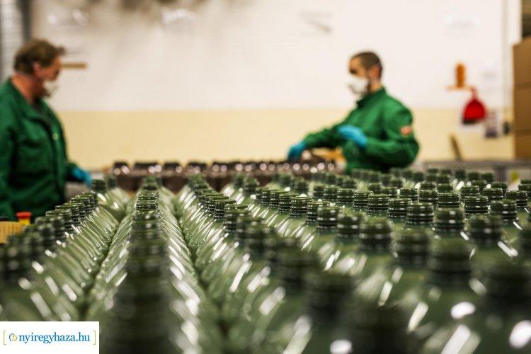 Kéz- és felületfertőtlenítő gyárrá állította át egyik üzemét a Mol Almásfüzitőn