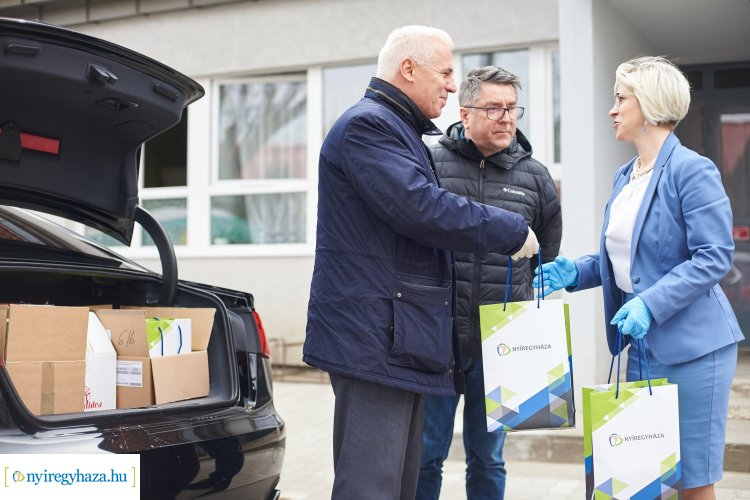 A polgármesteri adománnyal 418 idős ember jut C-vitamin készítményhez Nyíregyházán