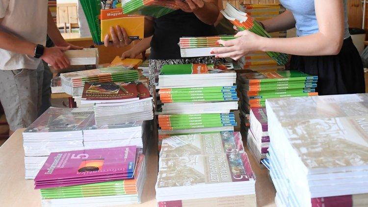 A koronavírus ellenére is eljutnak a tankönyvek a diákokhoz a tanévkezdésig