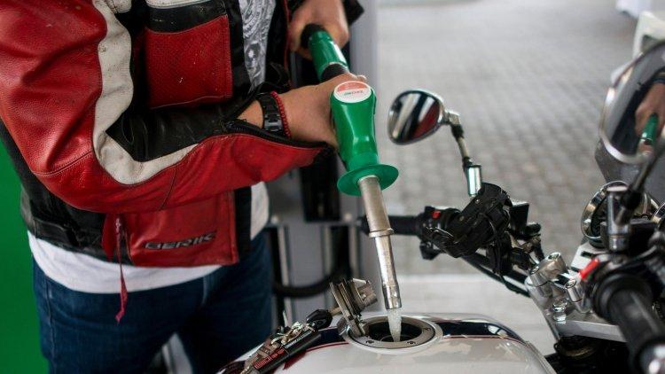 Tartósan alacsony marad az olaj ára – A hazai benzinkutaknál is