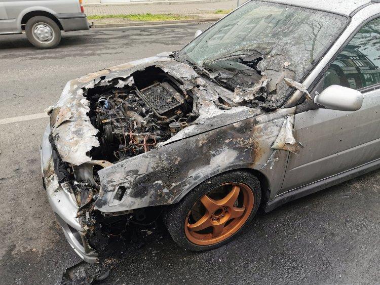 Hatalmas tűz a Szent István utcában – Egy járműből csaptak fel a lángok