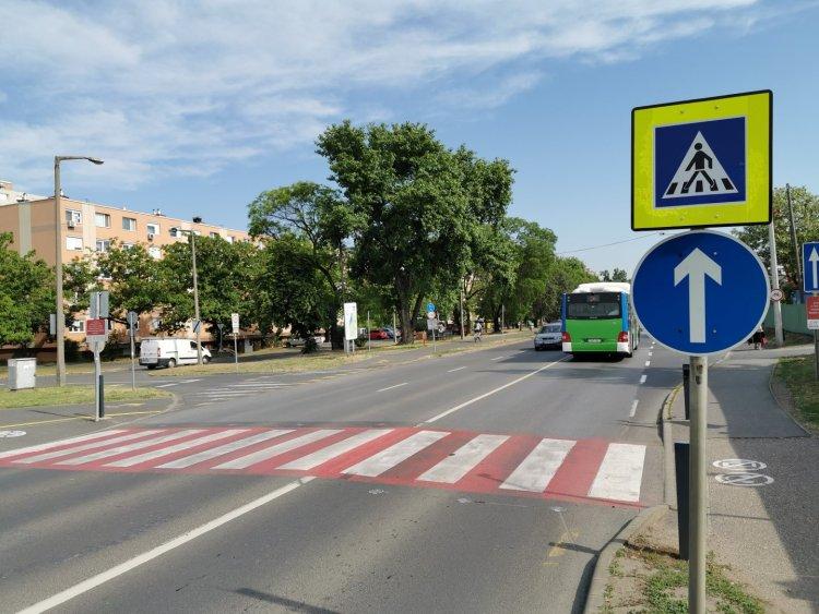 Zöld keretbe került a Korányi úton is a gyalogátkelőhelyet jelző kresztábla