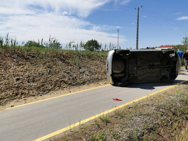 Nem vette észre a munkavégzőket – Árokba sodródott és felborult a 41-esen egy jármű