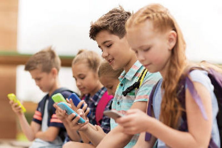 Adomány a rászorulóknak – 72 tanuló kapott mobiltelefont Nyíregyházán