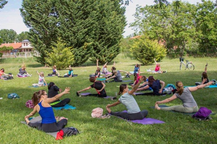 Szabadtéri jóga – A Bujtosi Városligetben gyakoroltak szombaton a nyíregyházi jóginik
