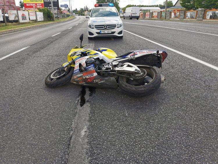 Motoros ütközött autóval a Pazonyi úton - Több métert csúszott a motoros