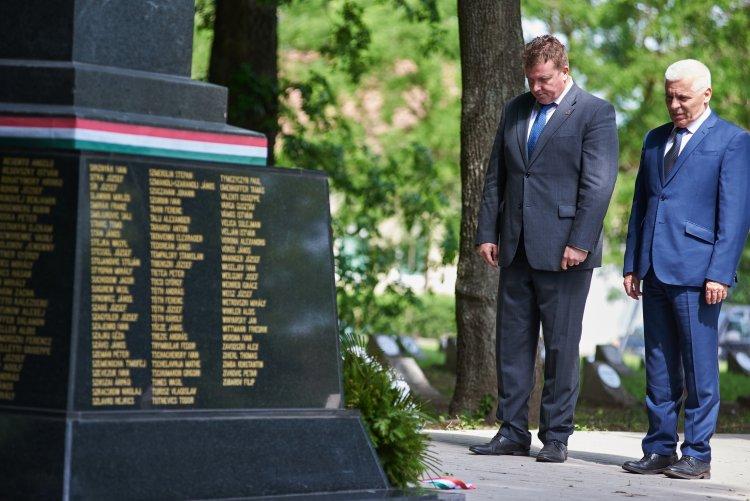 Szerte Nyíregyházán koszorúzásokat tartottak a Hősök Napja tiszteletére