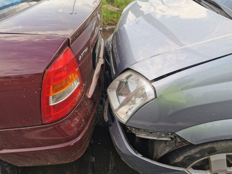 Ráfutásos baleset az Orosi úton - Három autó csúszott egymásba