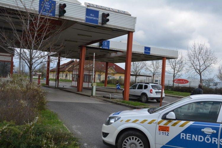 Négy órát kell várakozniuk a személygépkocsival Romániából Magyarországra érkezőknek