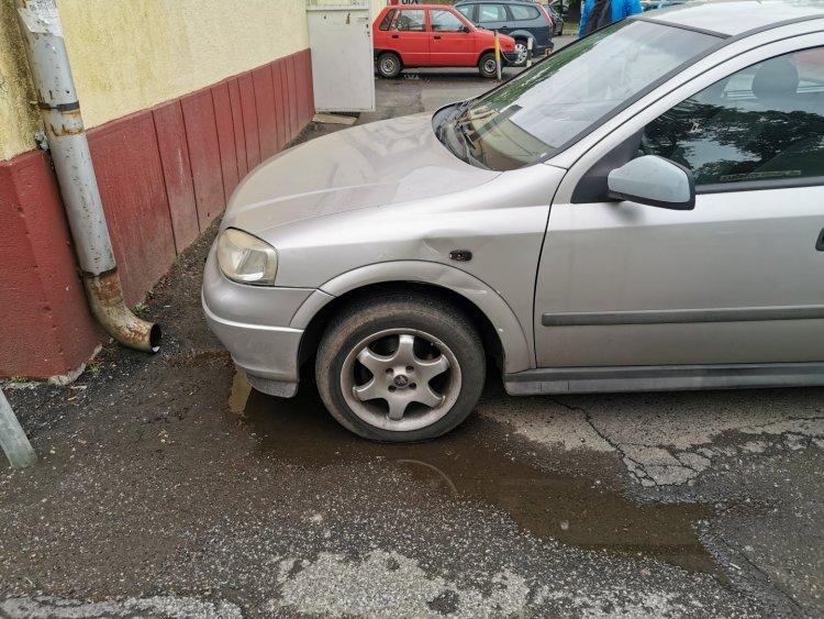 Nem rögzítette az autót parkoláskor - Neki gurult egy másik gépjárműnek