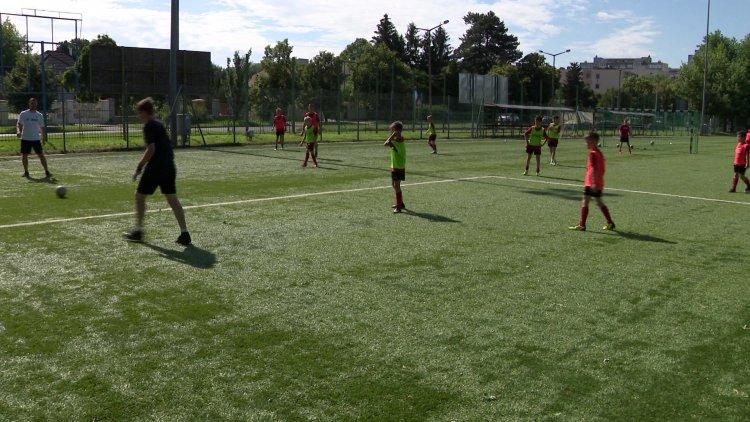 Focitábor a stadionban - Közel negyven gyerek tölti a pályán a vakáció első napjait
