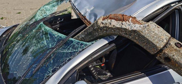 Szerencsés baleset - Rádőlt egy villanyoszlop egy autóra, a sofőr karcolásokkal megúszta
