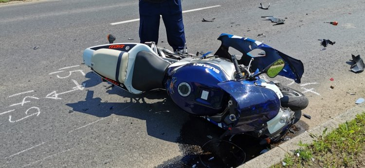 Autóba csapódott egy motoros vasárnap délelőtt a Kállói úton